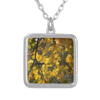 Colar Banhado A Prata Folhas de outono amarelas e verdes