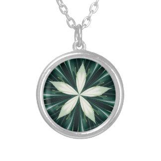 Colar Banhado A Prata Folhas do branco em um caleidoscópio verde da