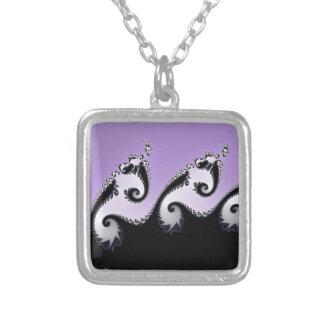 Colar Banhado A Prata Fractal. violeta, branco e preto