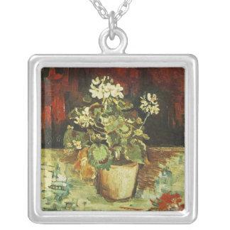 Colar Banhado A Prata gerânio em um pote de flor