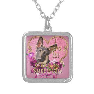Colar Banhado A Prata German shepherd no coração cor-de-rosa