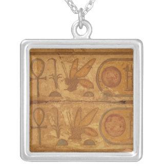 Colar Banhado A Prata Hieroglyphics coloridos, templo de Karnak, abelha