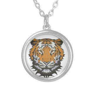 Colar Banhado A Prata imitação do tigre do bordado