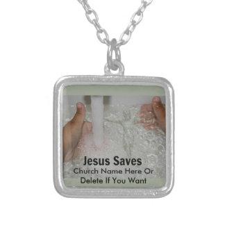 Colar Banhado A Prata Jesus na água com dois polegares levanta a