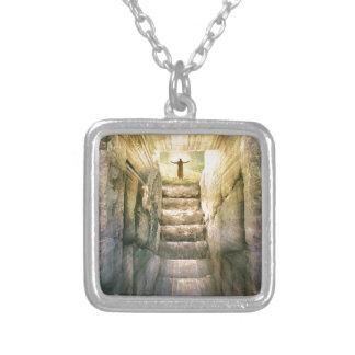 Colar Banhado A Prata Jesus na ressurreição vazia da páscoa do túmulo