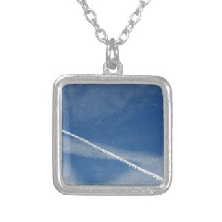 Colar Banhado A Prata laço branco no céu