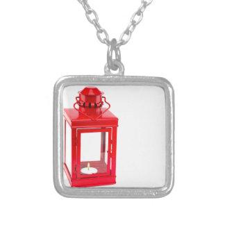 Colar Banhado A Prata Lanterna vermelha com tealight ardente no branco