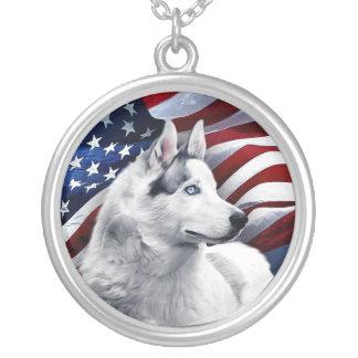 Colar Banhado A Prata Lobo branco na frente da bandeira americana