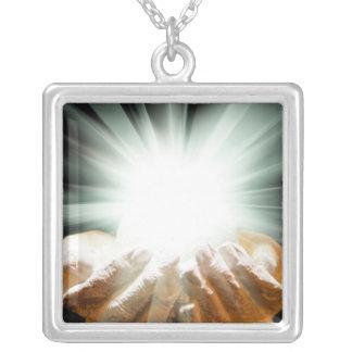 Colar Banhado A Prata Luz espiritual nas mãos colocadas