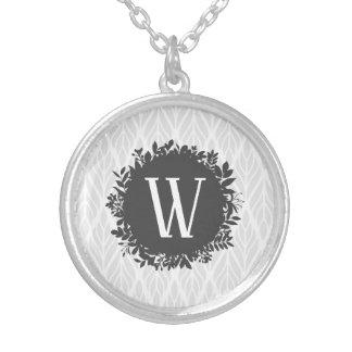 Colar Banhado A Prata Luz - monograma frondoso do cinza e o branco do
