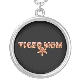 Colar Banhado A Prata Mamã do tigre com lírio de tigre