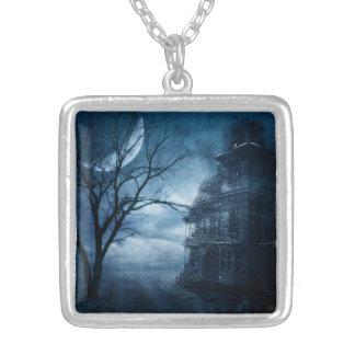 Colar Banhado A Prata Mansão assombrada gótico da lua azul