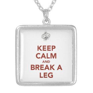 Colar Banhado A Prata Mantenha a calma e quebre um pé