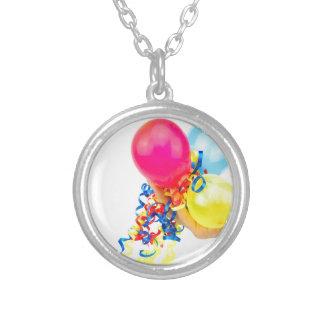 Colar Banhado A Prata Mão que dá balões coloridos com fitas