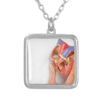 Colar Banhado A Prata Mão que guardara o modelo do coração na frente da
