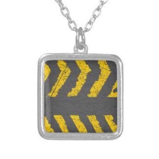 Colar Banhado A Prata Marcação de estrada amarela afligida Grunge