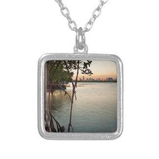 Colar Banhado A Prata Miami e manguezais no por do sol