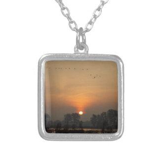 Colar Banhado A Prata Nascer do sol em um lago com pássaros de vôo