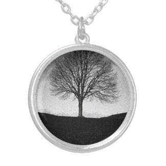 Colar Banhado A Prata Natureza em preto e branco