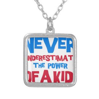 Colar Banhado A Prata Nunca subestime o poder de um miúdo