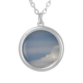 Colar Banhado A Prata Nuvens brancas macias contra o fundo do céu azul