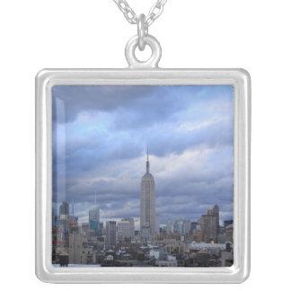Colar Banhado A Prata Nuvens dramáticas do Empire State Building