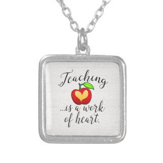 Colar Banhado A Prata O ensino é um trabalho da apreciação do professor