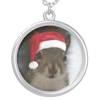 Colar Banhado A Prata O papai noel Squirrel vestir o chapéu do papai