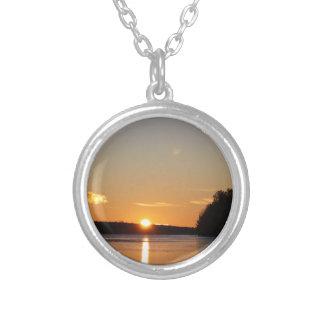 Colar Banhado A Prata O raio dourado de Sun do inverno reflete no lago