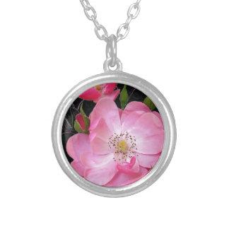 Colar Banhado A Prata o rosebud minúsculo abre
