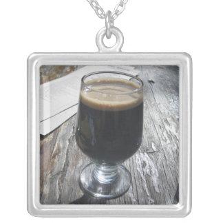 Colar Banhado A Prata Ode às cervejas de malte do chocolate