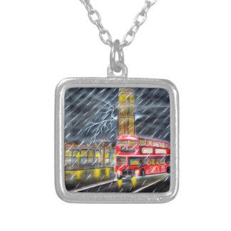 Colar Banhado A Prata Ônibus vermelho na chuva da noite de Londres