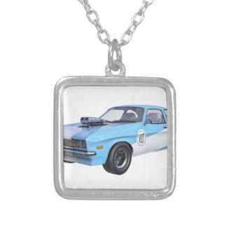 Colar Banhado A Prata os anos 70 azuis e carro branco do músculo