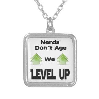Colar Banhado A Prata Os nerd não nos envelhecem nivelam acima