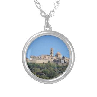 Colar Banhado A Prata Panorama da vila de Volterra. Toscânia, Italia