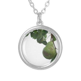 Colar Banhado A Prata Peras verdes que penduram em uma árvore de pera