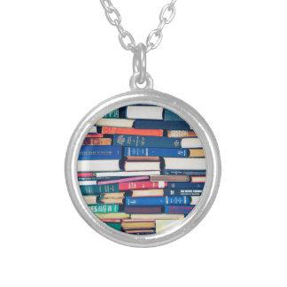 Colar Banhado A Prata Pilha de livros