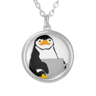 Colar Banhado A Prata Pinguim que senta-se guardarando o copo que olha