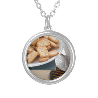 Colar Banhado A Prata Placa com biscoitos e copo do chá