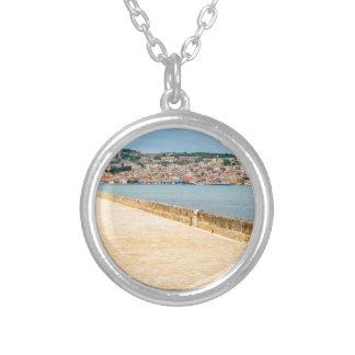 Colar Banhado A Prata Porto grego Argostoli da cidade com a estrada na