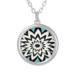 Colar Banhado A Prata Preto e branco geométrico