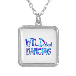 Colar Banhado A Prata Selvagem sobre a dança