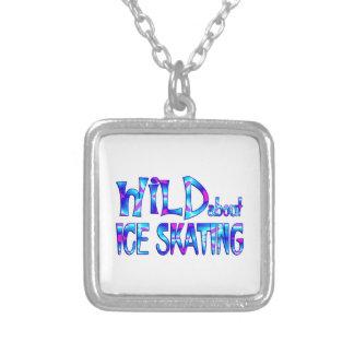 Colar Banhado A Prata Selvagem sobre o patinagem no gelo