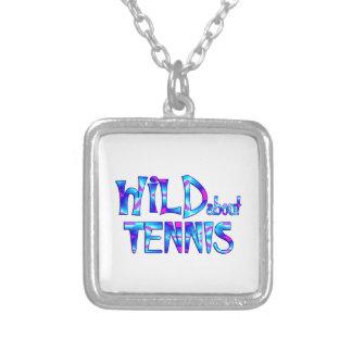 Colar Banhado A Prata Selvagem sobre o tênis