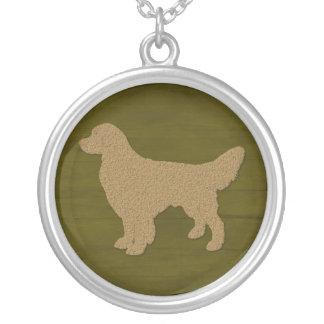 Colar Banhado A Prata Silhueta do cão do golden retriever na verde