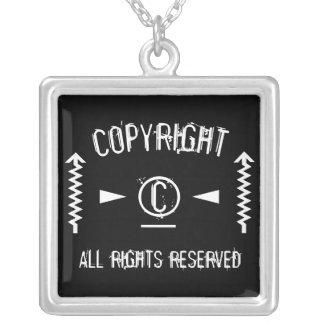Colar Banhado A Prata Símbolo de Copyright todos os direitos reservados