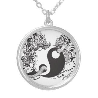 Colar Banhado A Prata símbolo de yang do yin do dragão e do tigre