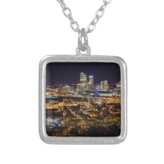 Colar Banhado A Prata Skyline de Pittsburgh na noite