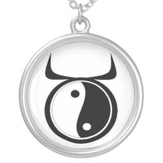 Colar Banhado A Prata Taurus de Yin-Yang