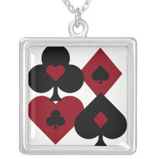 Colar Banhado A Prata Ternos vermelhos & pretos da plataforma de cartão